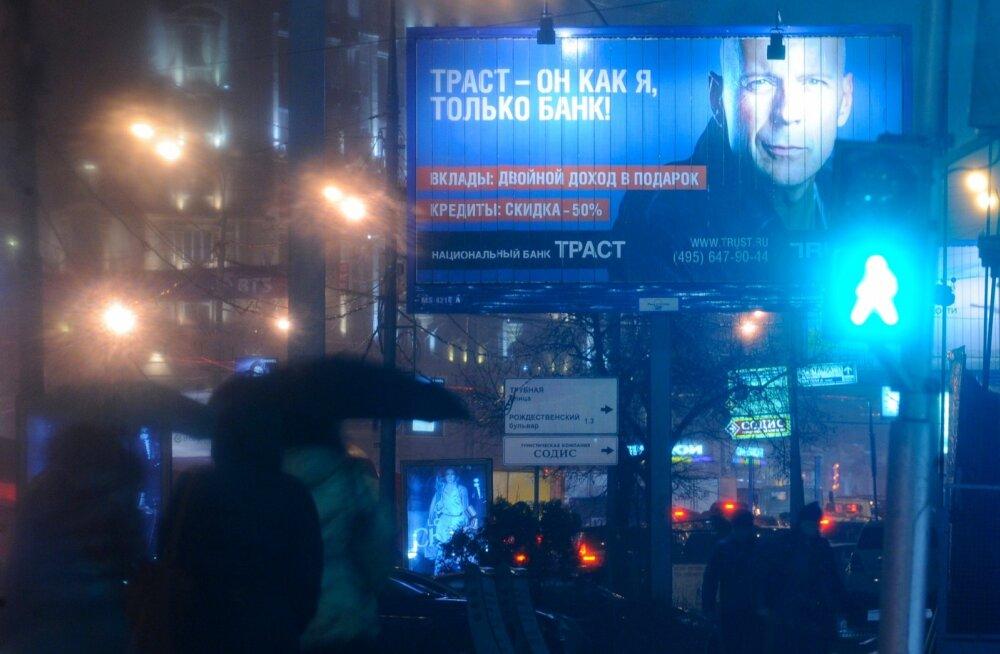 Bruce Wilils Trust panga reklaamplakatil Moskvas 2010. aasta novembris.