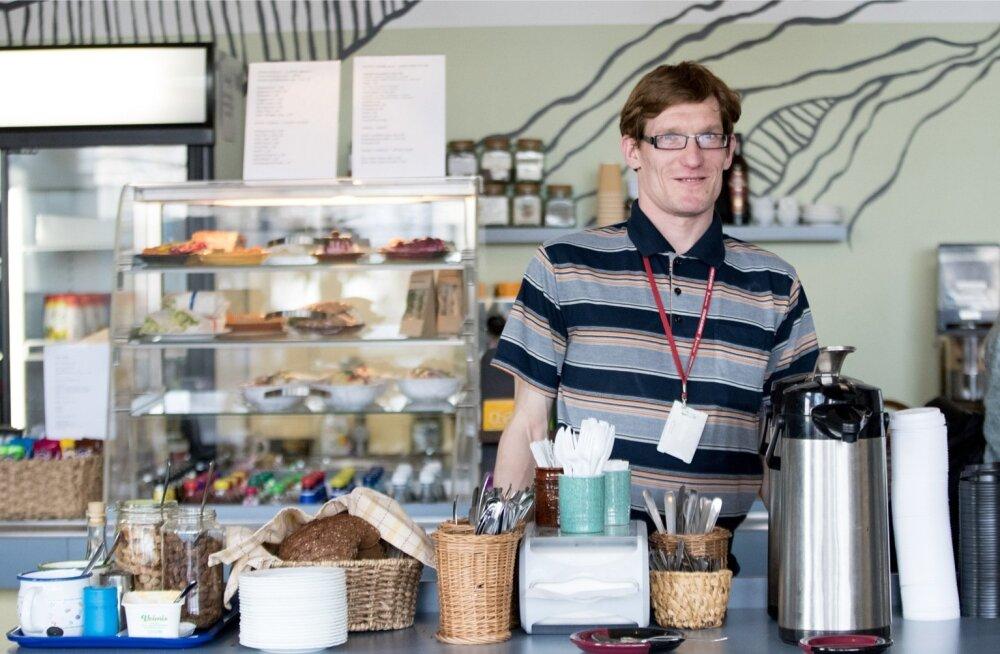 Kehrwiederi klienditeenindaja Margus Mändla alustas kohvi valmistamisest, kuid saab nüüd edukalt hakkama klientide ja kassaga.