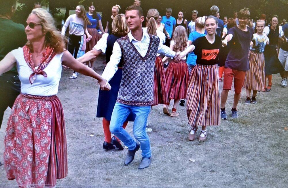 Kihnu tantsu päev, osalenud olid samuti kui nüüd tuleval laupäeval käest kinni hoides ketis