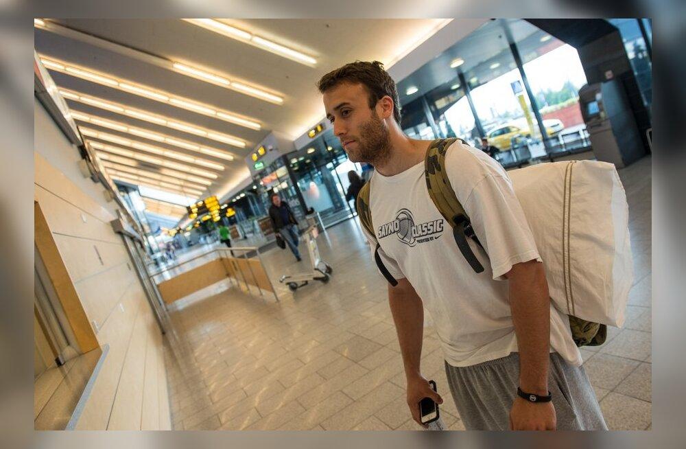 Derek Glasser Tallinna lennujaamas, korvpall