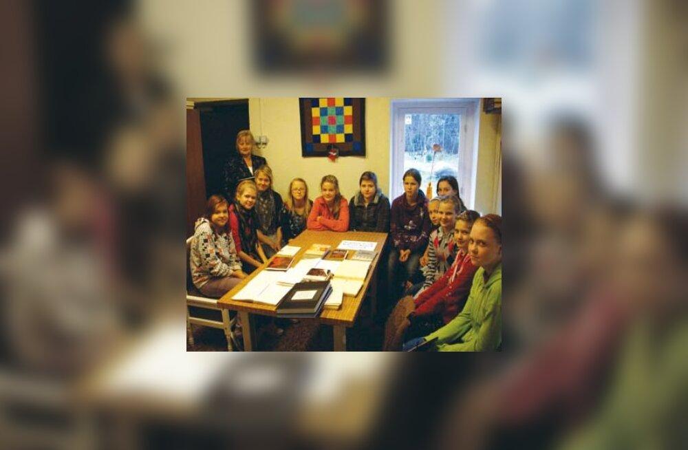Õdus jututund: Raamatukogu juhataja Liia Kiibus tutvustab raamatukogu töötoas 6. ja 7. klassi tüdrukutele Ääsmäe kodukandi ajalugu ning kõige vanemaid raamatuid ja ajakirju