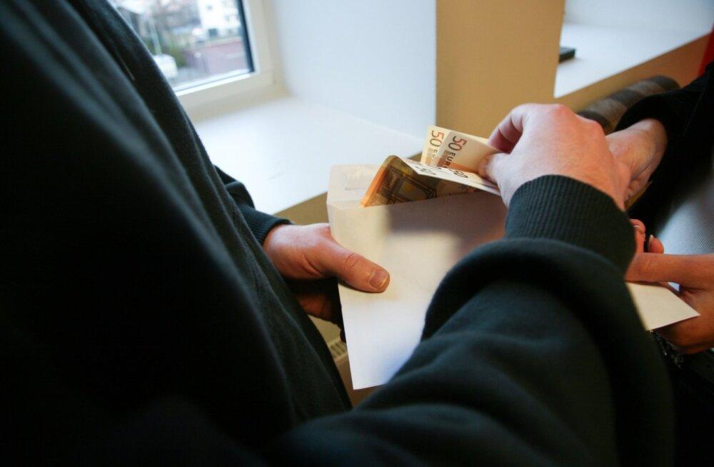Vähikäik maksuameti pingutustele: üha rohkem inimesi leiab, et ümbrikupalga maksmine on põhjendatud
