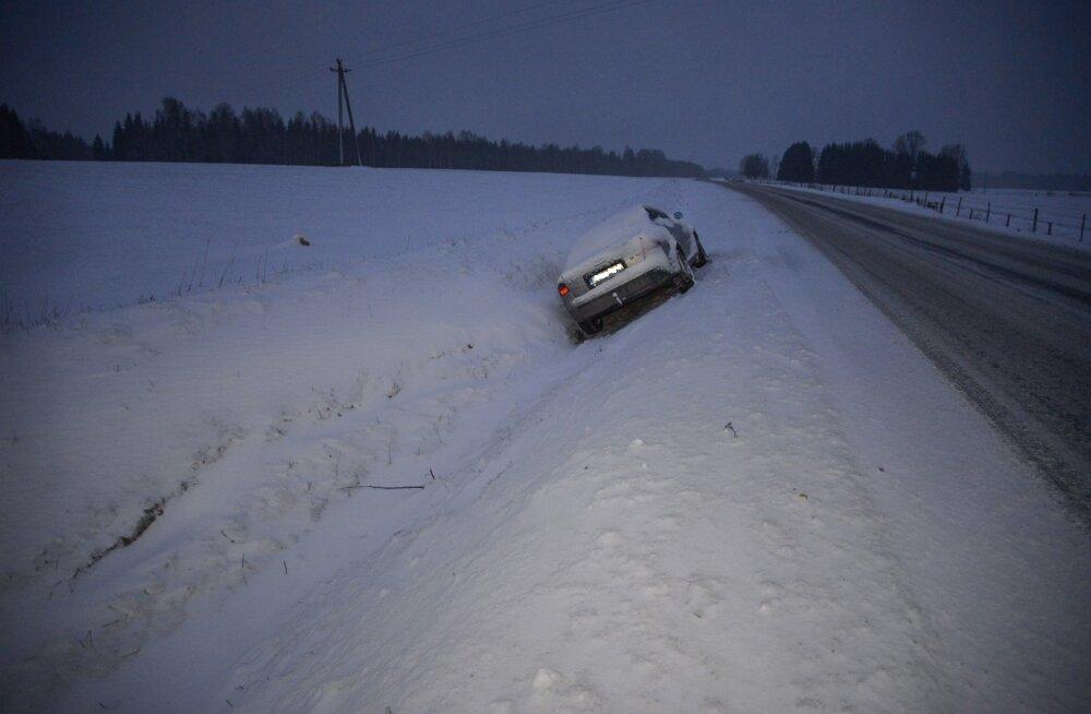 Viljandimaal sõitis Audi kraavi