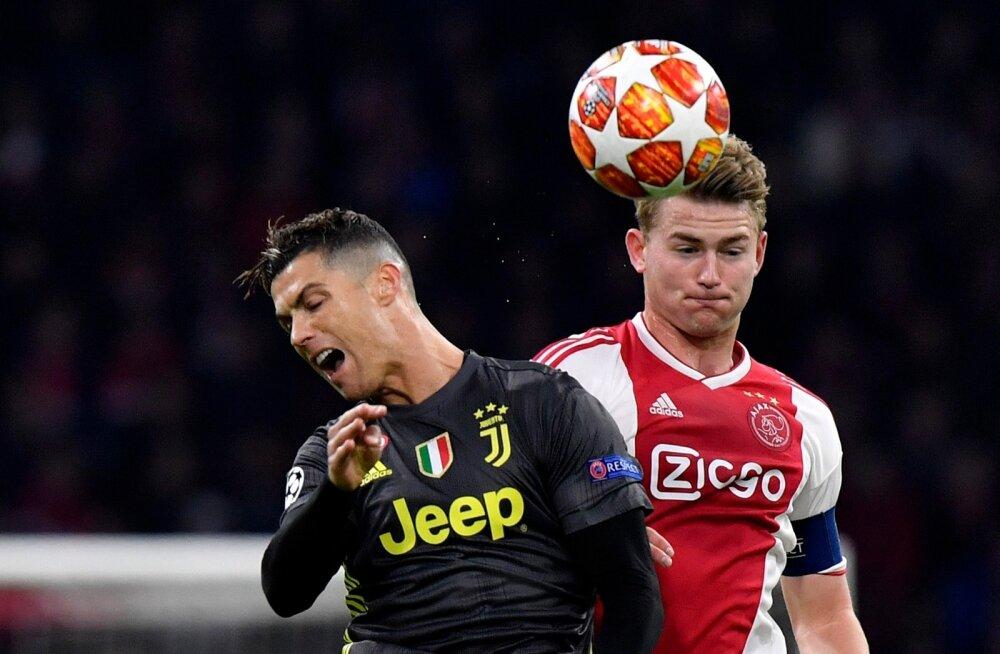 Matthijs de Ligt kimbutamas Cristiano Ronaldot.