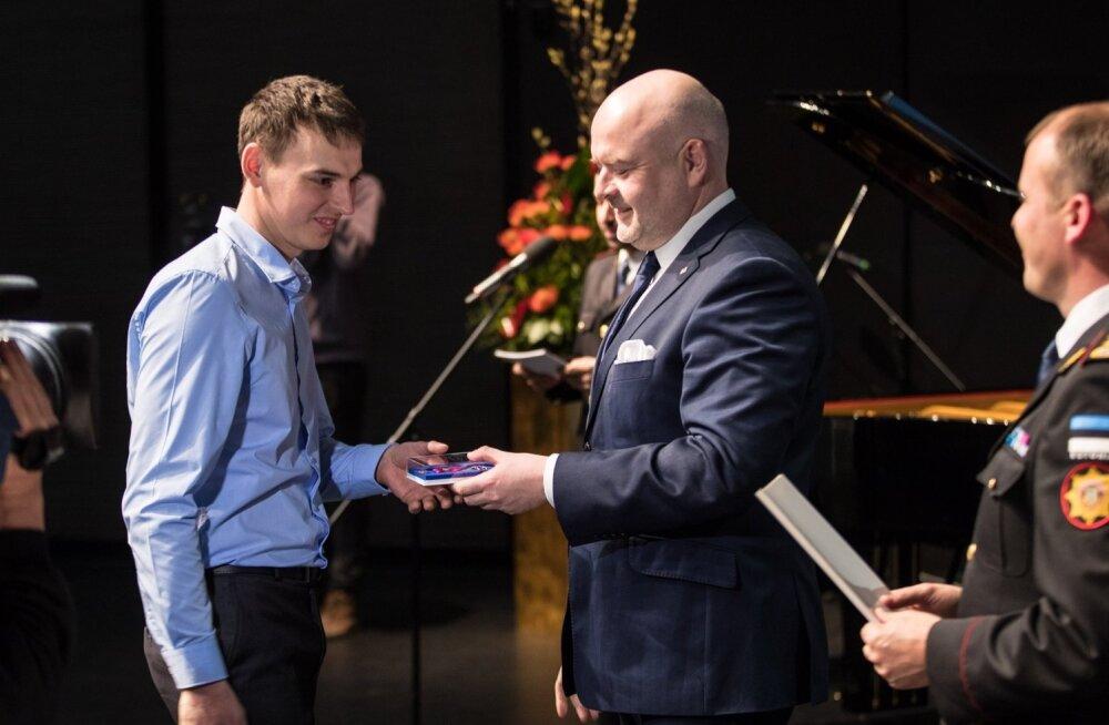 Kirill Ivanov pälvis päästeametilt Elupäästja III klassi medali. Autasu andis üle siseminister Andres Anvelt.