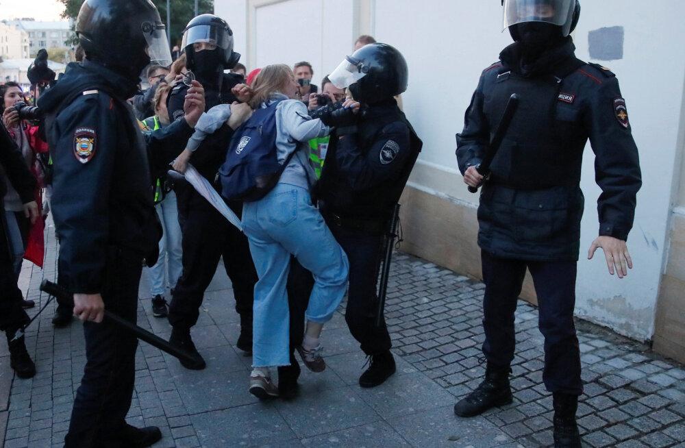 У женщины, которую ударил полицейский на акции протеста в Москве, диагностировали сотрясение головного мозга