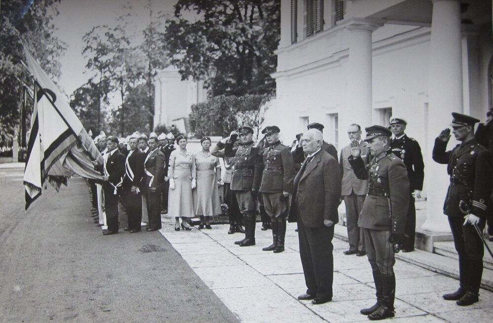PIDAS KOLME AMETIT: Riigivanem Konstantin Päts võidupühal 23. juunil 1937 Tallinnas. Mõni kuu hiljem oli Päts juba riigihoidja ja seejärel president.