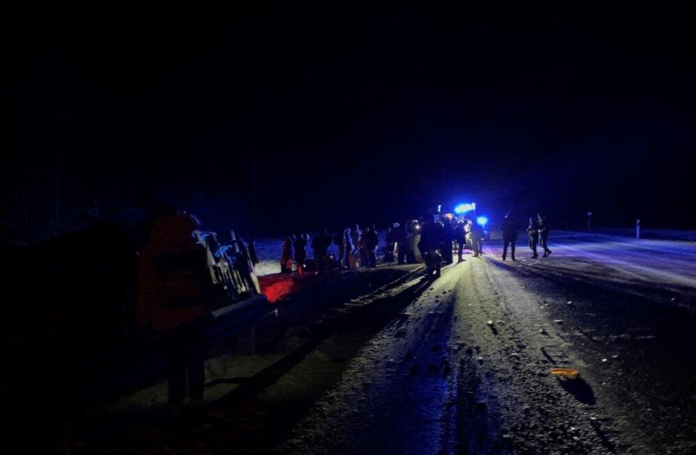 ФОТО | Рейсовый автобус Санкт-Петербург—Таллинн с 67 людьми съехал в кювет, 9 человек доставлены в больницу