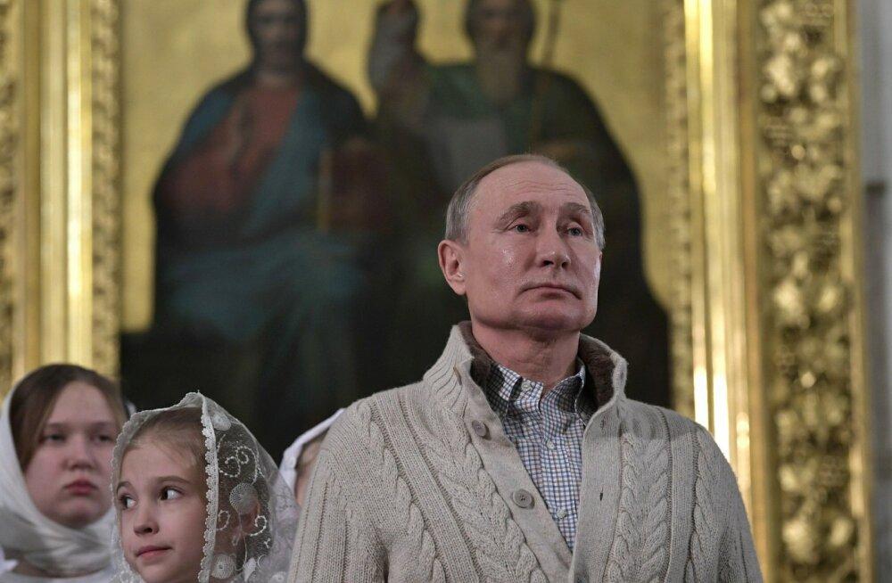 Владимир Путин на службе в православном храме