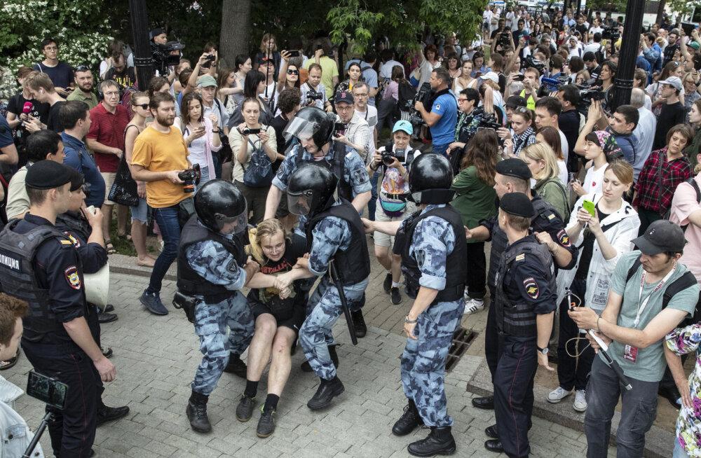 В Москве задержаны более 420 участников несогласованного марша. Полиция объявила имя Иван Голунов антиправительственным лозунгом
