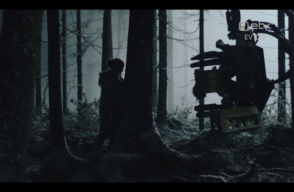 """Kaader aastapäevafilmist """"Teekond"""", kus harvester ründab metsa ja inimest."""