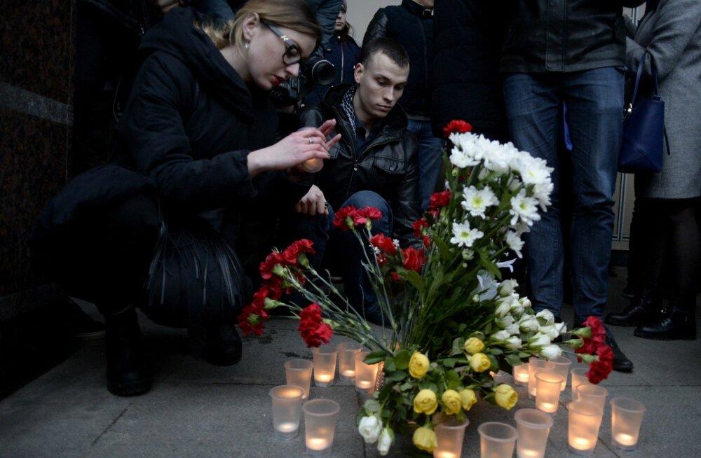 Hukkunuid mälestades katsid inimesed eile õhtul Sennaja metroojaama esise lillede ja küünaldega.