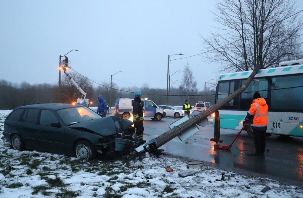 ФОТО: В Ласнамяэ водитель BMW совершил аварию и попытался сбежать