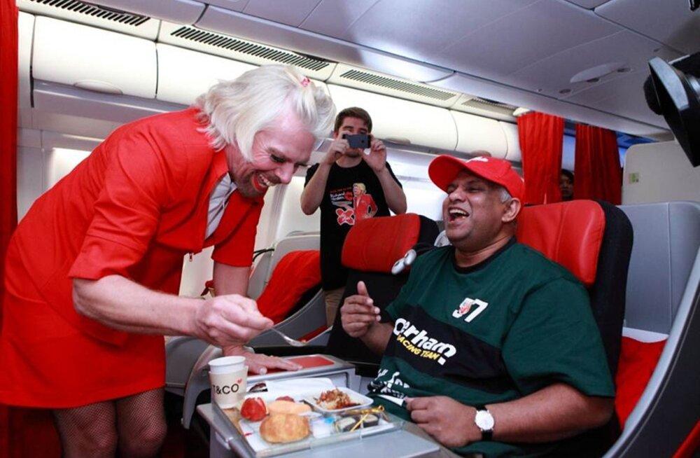 AirAsia juht Tony Fernandes (paremal) ja naisteriietes Briti ärimagnaat Richard Branson. Viimane kaotas Fernandesele kihlveo.