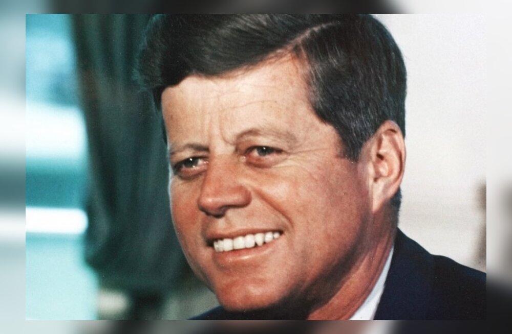 Kennedy armuke kirjutab, kuidas ta Valge Maja basseinis süütuse kaotas