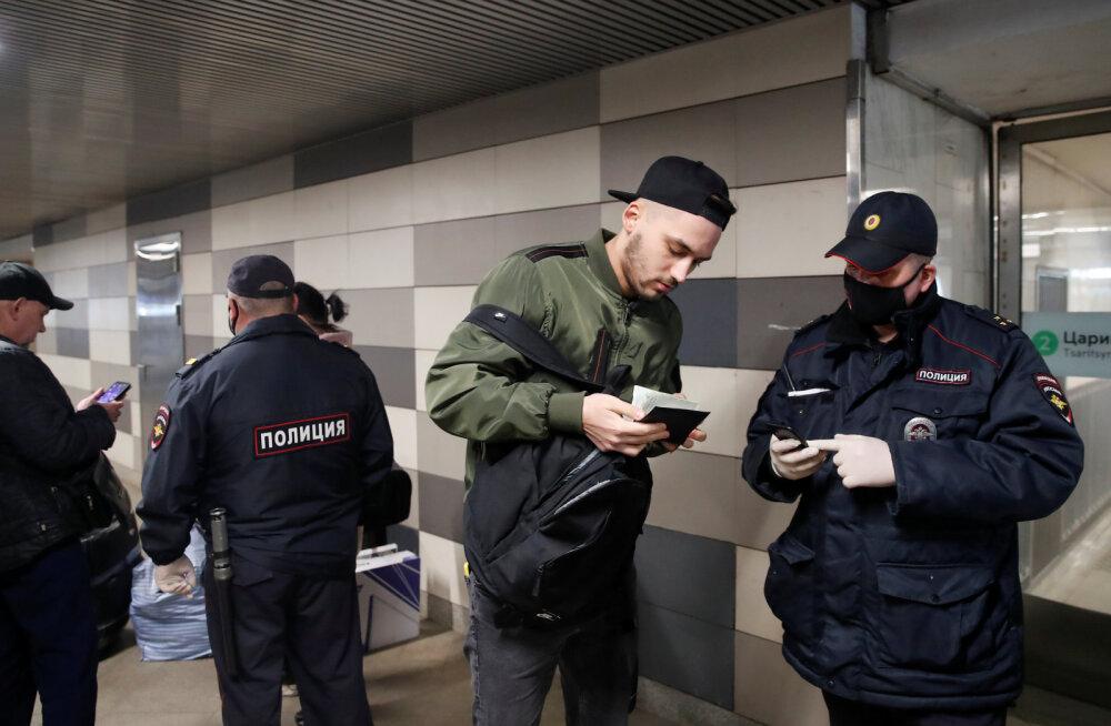 FOTOD | Moskva liikumislubade kontroll tekitas metroosse massikogunemised ja teedele hiigelummikud