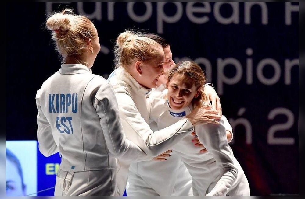 Kuld on käes. Naiskonna liidrit Irina Embrichit tormasid õnnitlema (vasakult) Erika Kirpu, Kristina Kuusk ja Julia Beljajeva.