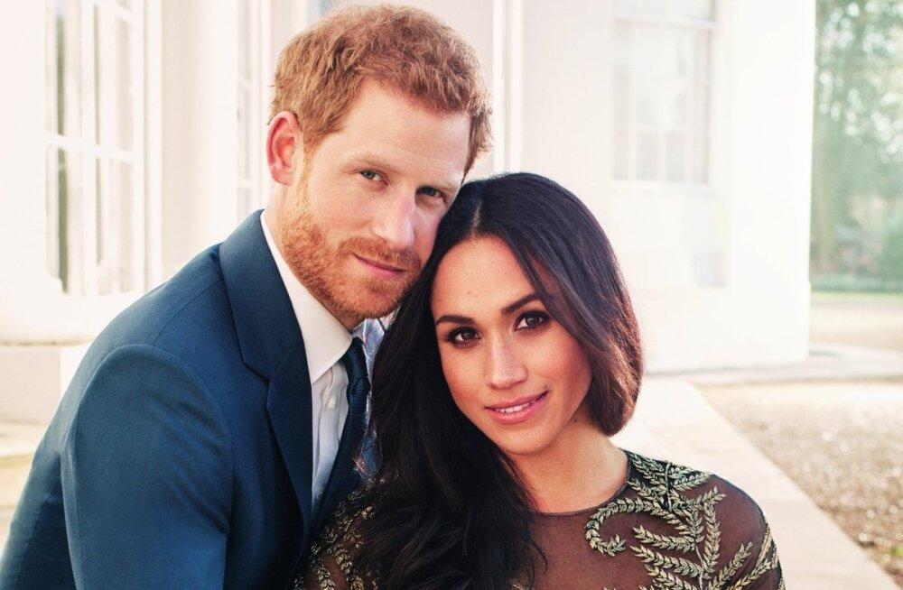 Ametlikel kihlumisfotodel kandis Meghan Markle Ralph & Russo kleiti, mistõttu paljud britid arvavad, et samast moemajast võis ta tellida ka pulma- kleidi.