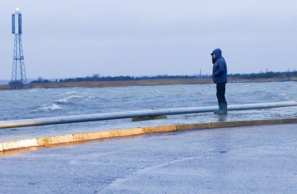 pühapäeval saaremaal torm, lained ja tuul