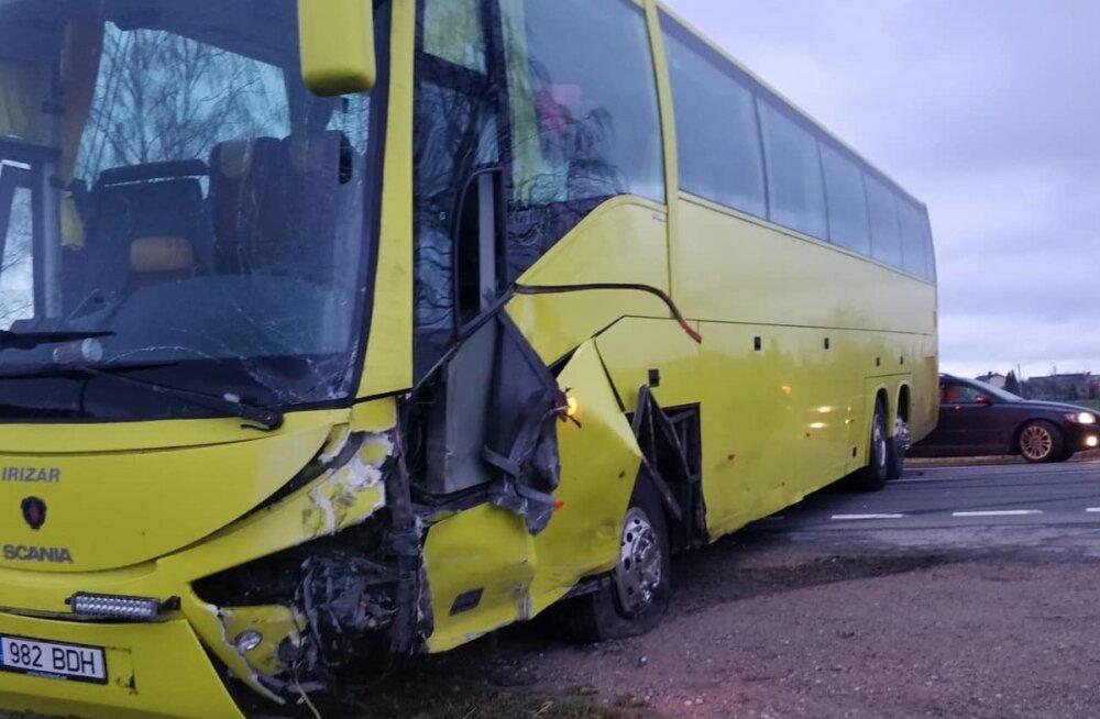 Eesti bussifirma buss sattus Leedus avariisse. Tegu oli õnneliku õnnetusega, sest kõik reisijad jäid terveks.