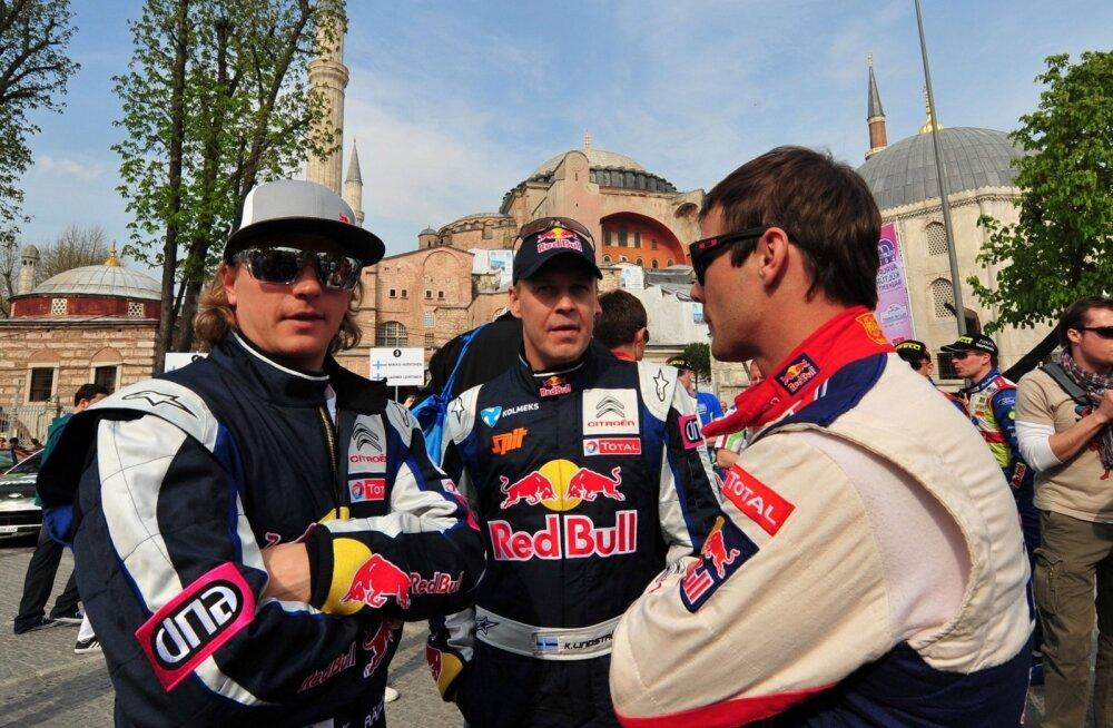 Kaj Linström (keskel) koos Kimi Räikköneni ja Sebastien Loebiga.