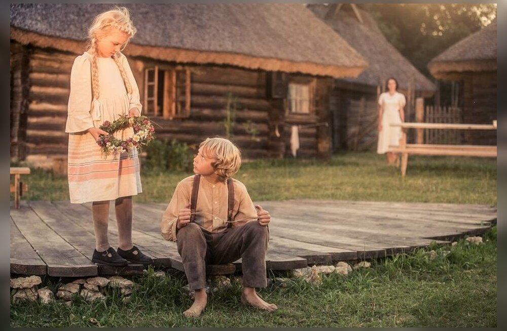 Ka Kõrboja talus ja lavastuses on lapsed, peegeldamas argipäeva küüsis olevatele täiskasvanutele seda, mis ei tohiks kaduda meelest – lapsepõlv. Pildil Emili Aedmaa (Tüdruk) ja Kaarel Kauts (Poiss).