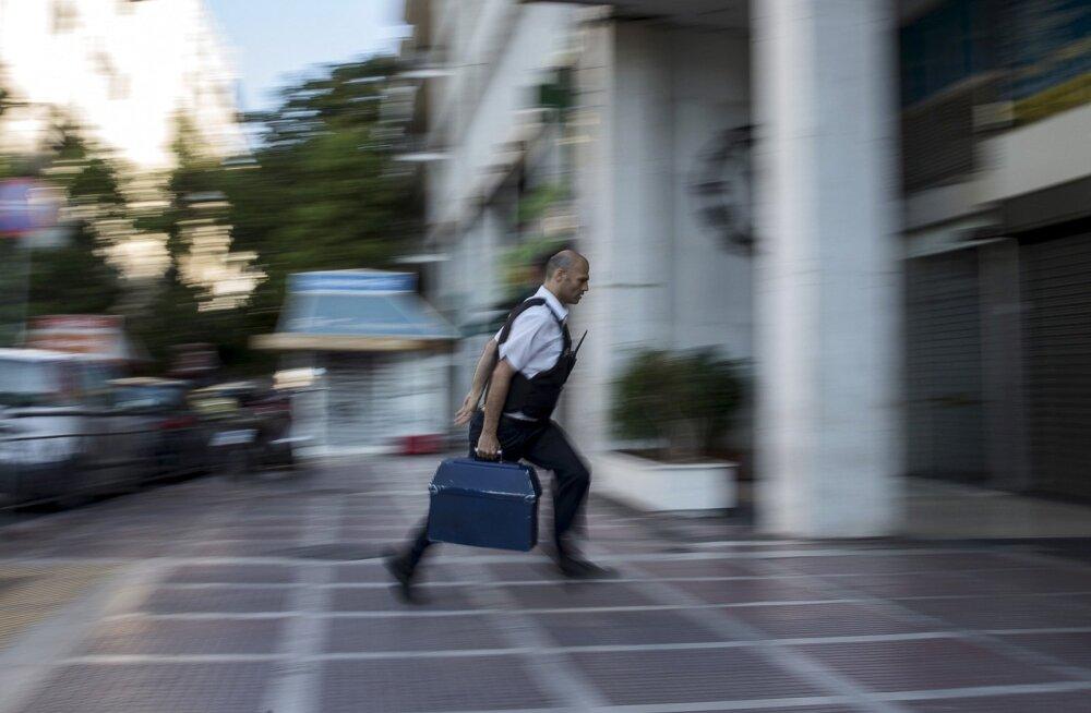 Turvamees viib jooksuga raha Kreeka panka