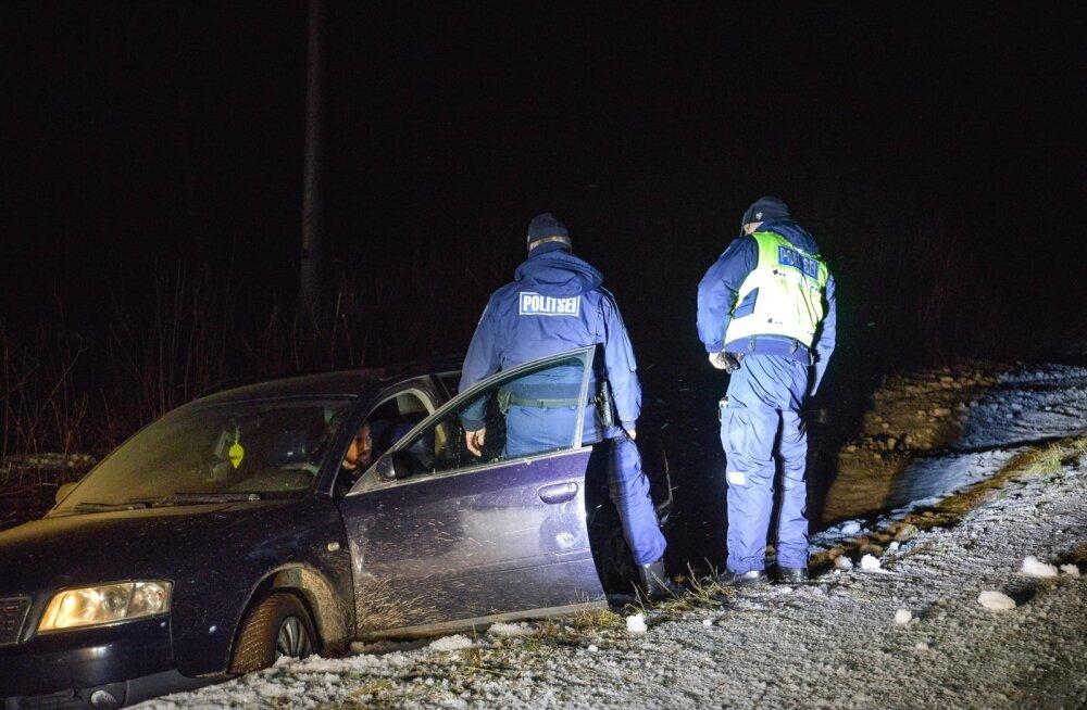 FOTOD | Viljandimaal sõitis joobes ukrainlane oma Audiga kraavi