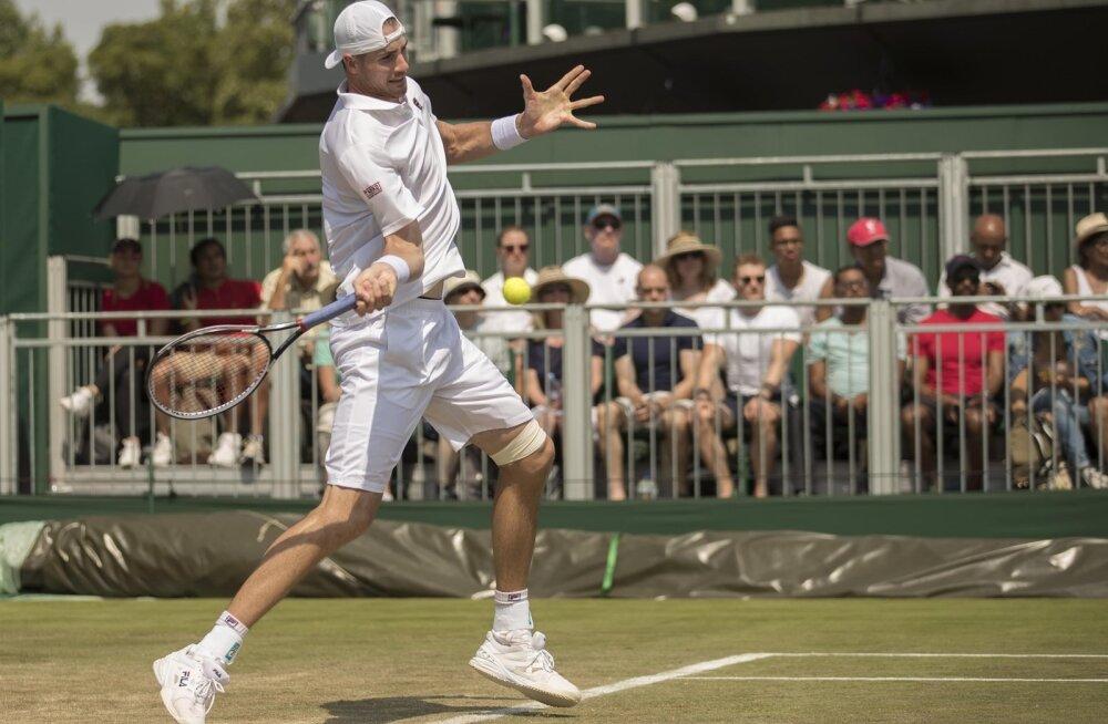 FOTOD | Wimbledonis kohtusid jahmatava pikkusevahega tennisistid
