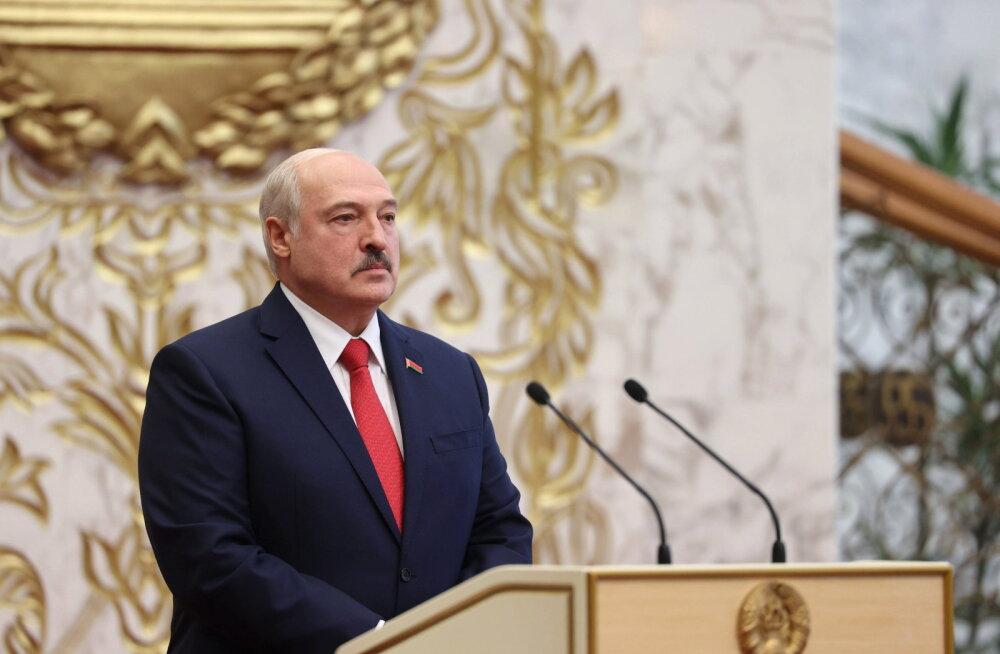 """""""Он сам должен был бы уйти в отставку еще два года назад"""". Лукашенко ответил Макрону на призыв покинуть пост"""