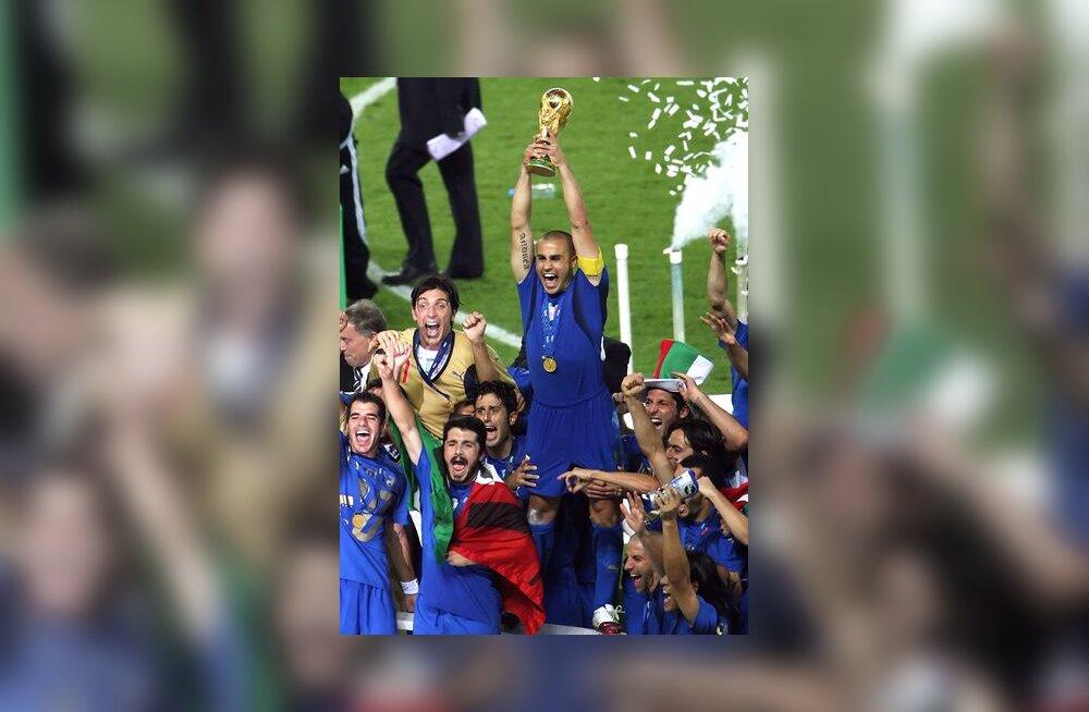 Itaalia kapten Fabio Cannavaro MM-võistluste kuldse karikaga