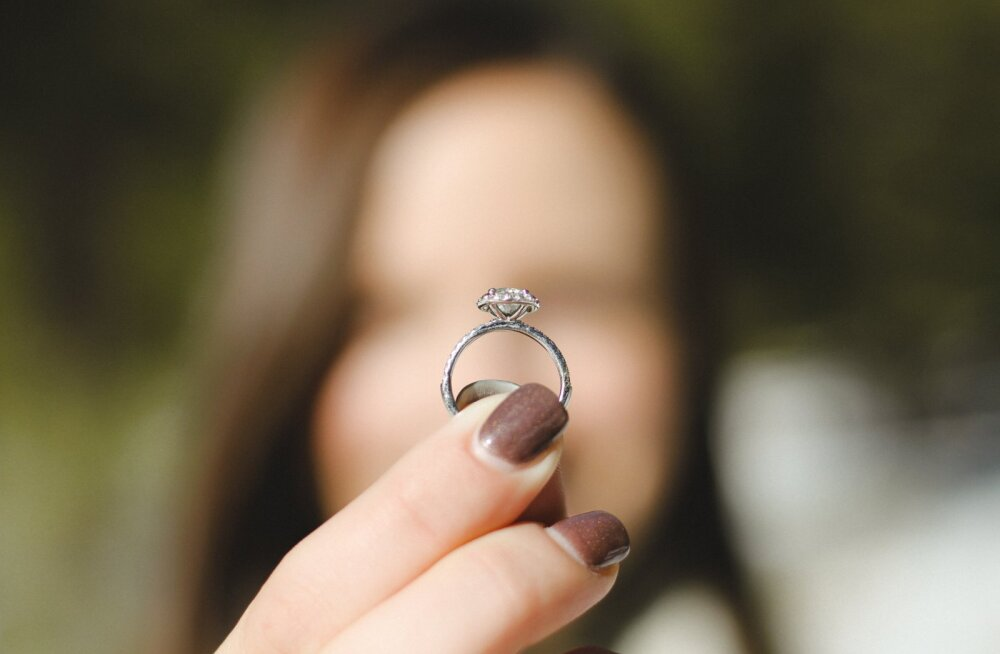 Naised meenutavad kordi, kui nad avastasid kihlasõrmuse enne abieluettepanekut
