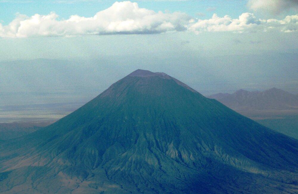 """""""Jumala mägi"""" - veidraim vulkaan maailmas, mille laavasse kukkudes on võimalik ellu jääda"""