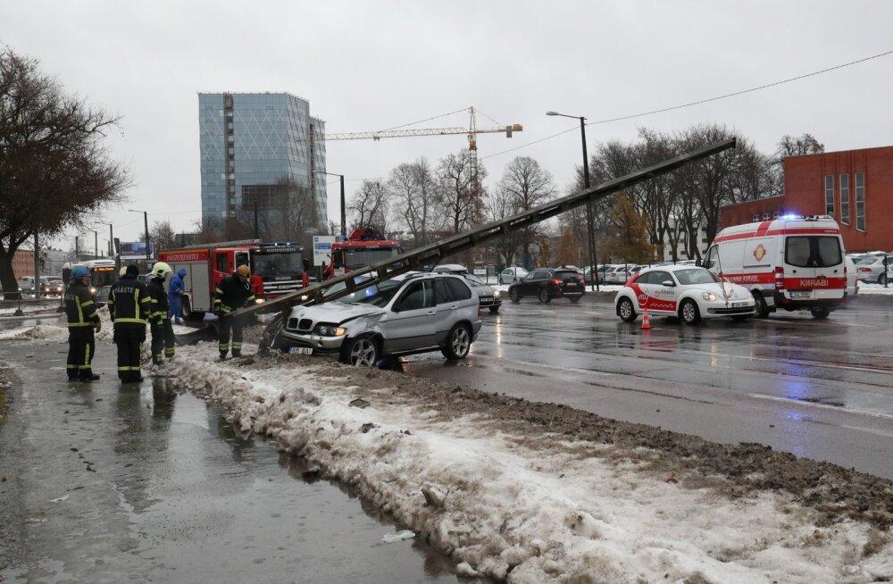 Päev liikluses: Tallinnas sai autode kokkupõrkes viga kolm inimest, 11-aastane poiss sai ülekäigurajal autolt löögi
