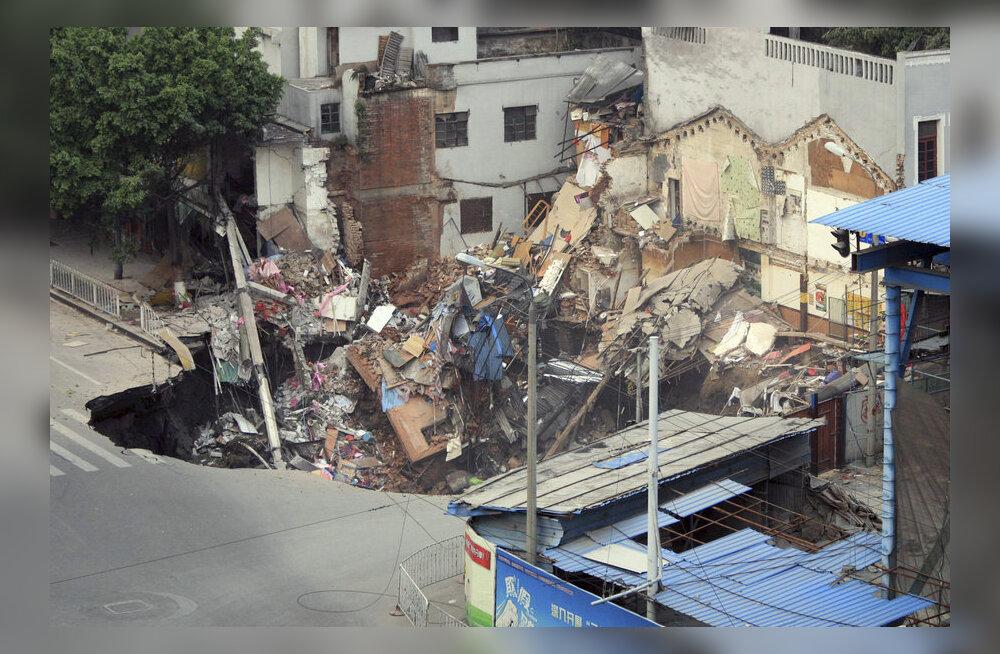 VIDEOD: Maa neelas endasse korraga mitu maja Hiinas