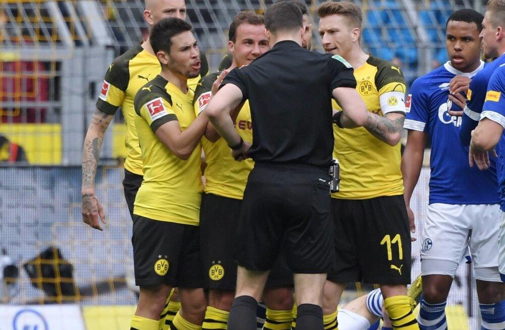 Dortmundi Borussia kapten Marco Reus (nr. 11) pidi punase kaardi tõttu väljakult lahkuma.