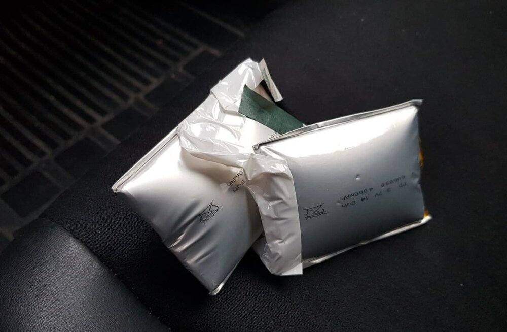 ФОТО читателя Delfi: Пауэрбанк неожиданно набух во время подзарядки телефона и чуть не взорвался