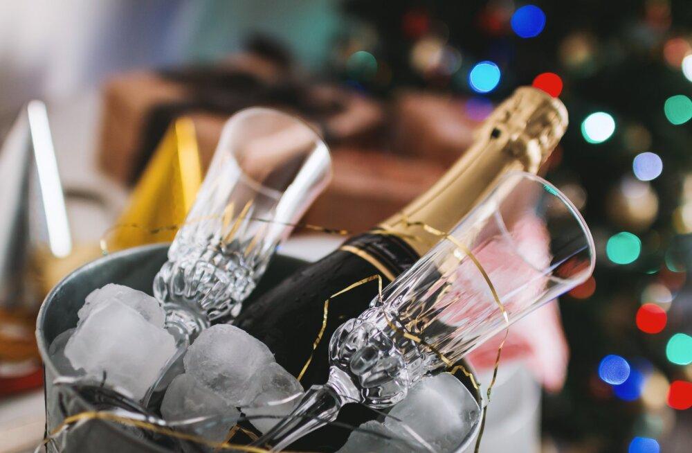 6 viisi, kuidas tähistada aasta lõppu nii, et sa kodust väljuma ei pea, aga ikka on lõbus
