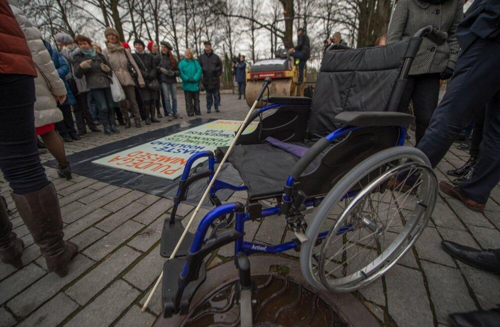 Teerull ja puuetega inimesed Toompeal