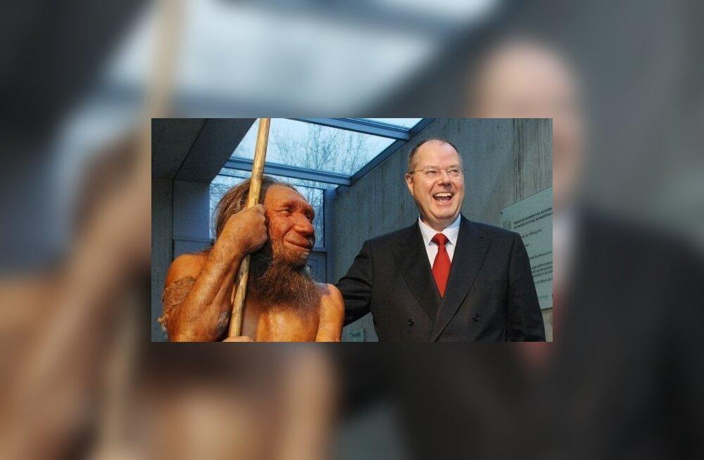 Neandertaallase kuju kaasaegse inimesega muuseumis. Foto: Michael Gottschalk, AFP