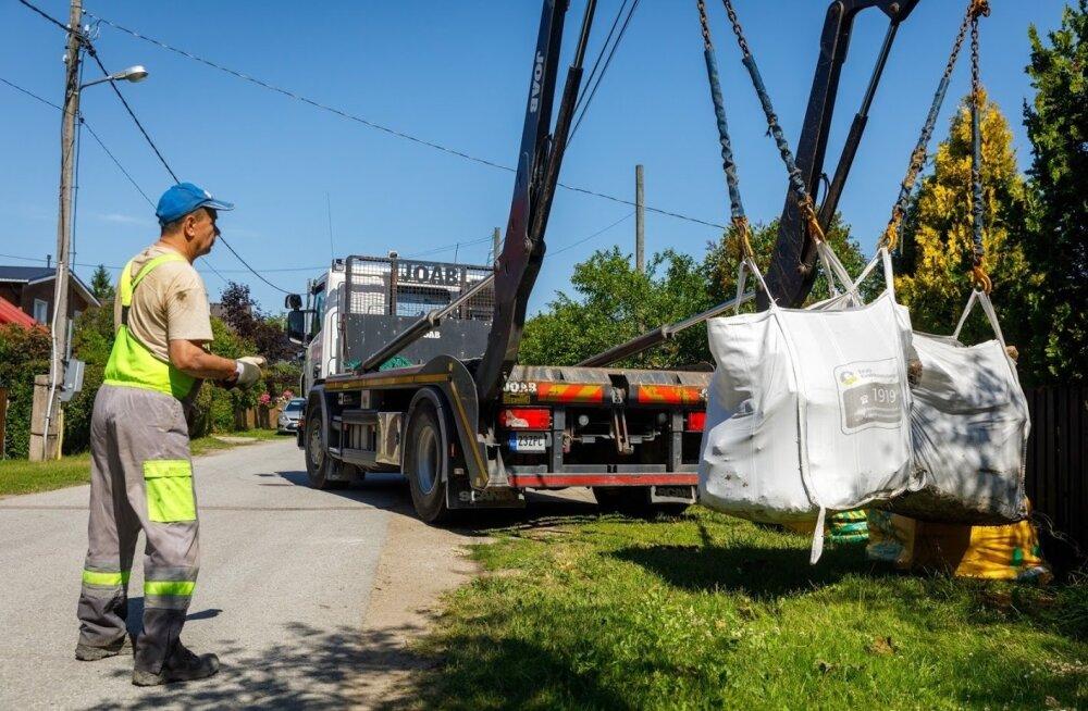 Big Bagi kotid ehitusjäätmetega tõstetakse veoautole.