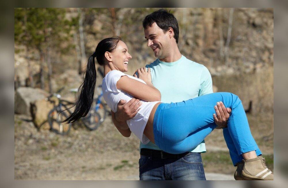 Как ведут себя влюбленные мужчины разных знаков Зодиака