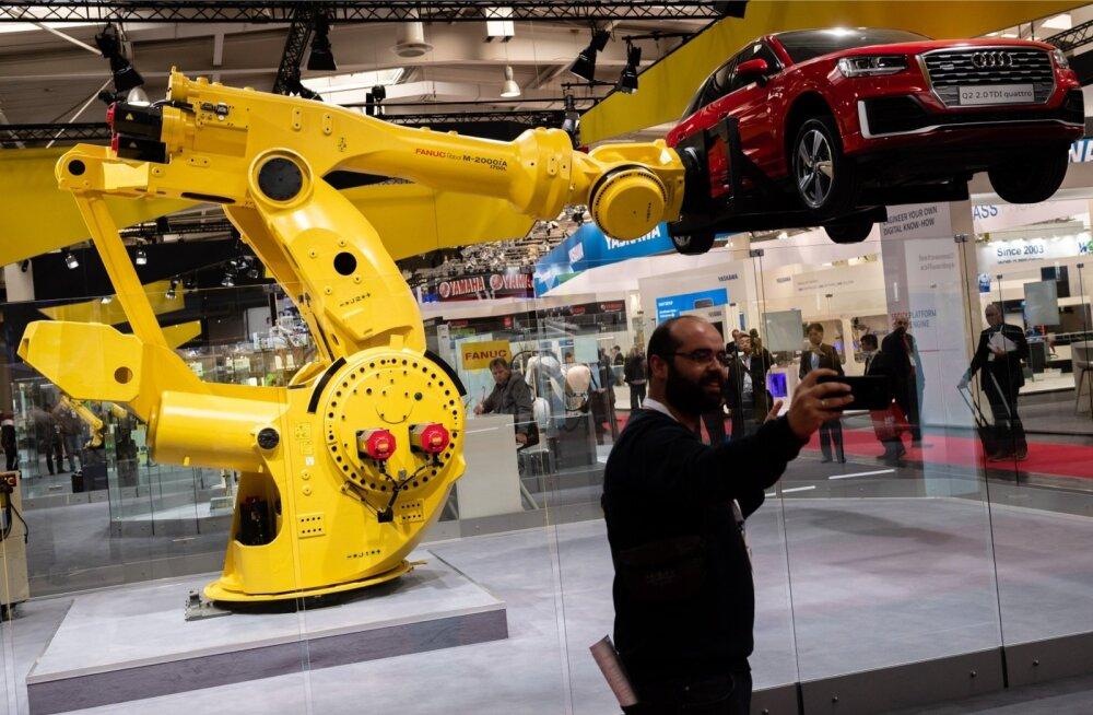 Hannoveri tööstusmessil eelmisel nädalal näidatud robot tõstab autot mängleva kergusega.