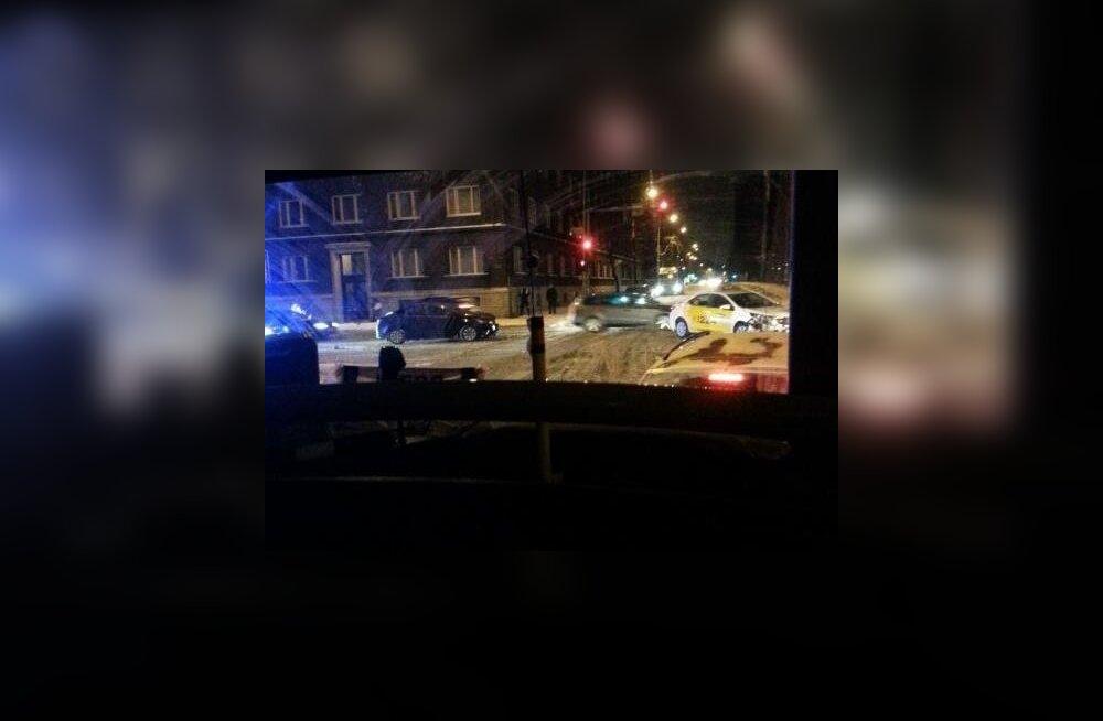 ФОТО: Из-за метели в центре Таллинна случилось ДТП и пробка