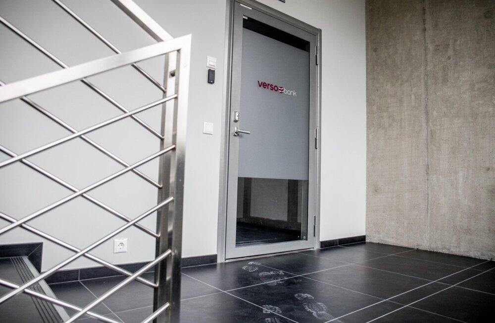 Tallinna Versobanki kontori ukse taga olid eile ainult suured tolmused jalajäljed.