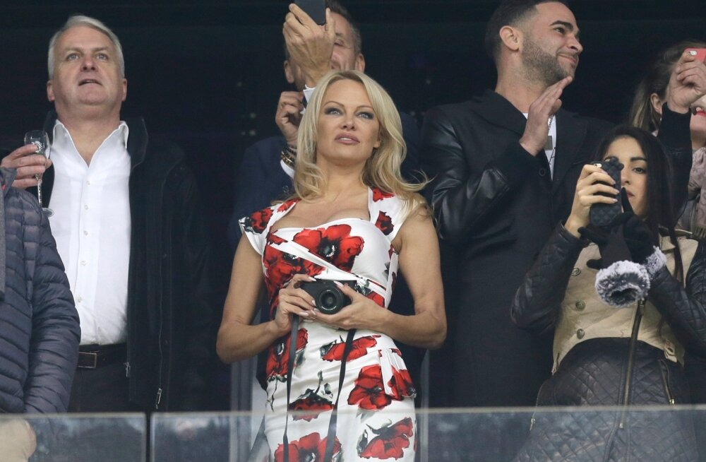 Pamela Anderson (keskel) on jalgpalli MM-finaalturniiri eel sattunud meedia tähelepanu alla Adil Rami (Andersonist paremal) elukaaslasena.