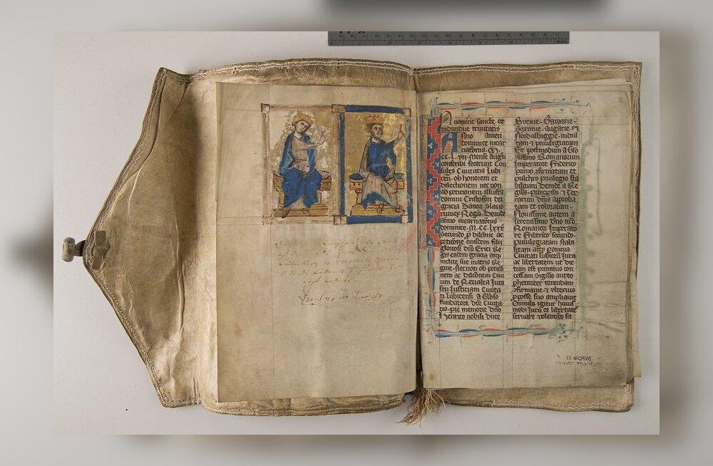 Raekoja platsilt leitav vanalinna päevade kroonikaraamat on inspireeritud vanadest kroonikatest, kuhu sündmused käsikirjaliselt üles tähendati.
