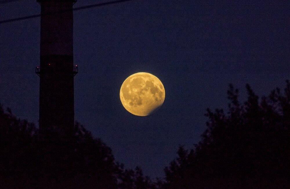 ФОТО: Жители Эстонии могли в понедельник наблюдать частичное лунное затмение