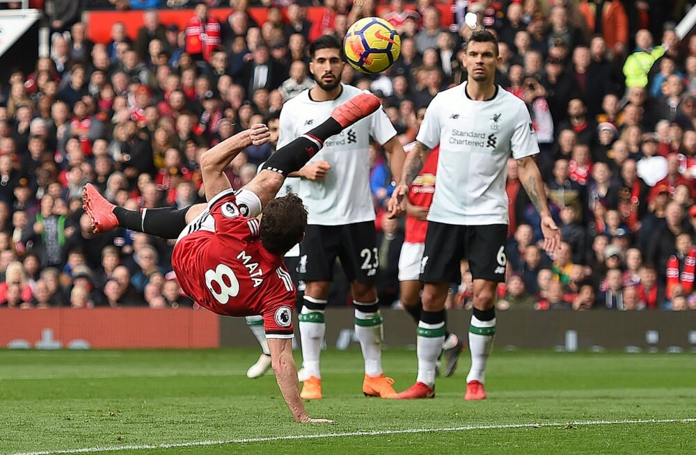 Emre Can  ja Dejan Lovren (Liverpool) jälgivad Juan Mata pealelööki