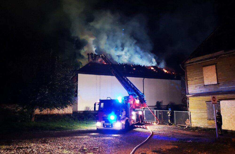 FOTO | Pärnus süttis pühapäeva õhtul neli hoonet. Kas tegu oli kuriteoga?